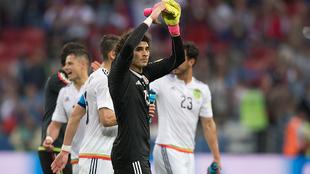 Guillermo Ochoa saluda a la afición al final del partido ante Rusia.