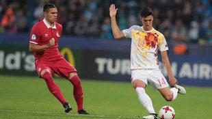 Mikel Merino golpea la pelota ante la presión de Djurdjevic en el...