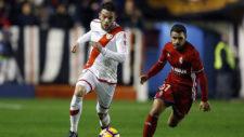 Quini conduce un balón en un partido contra el Zaragoza.