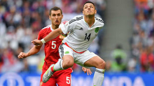 Chicharito Hernández trata de controlar un balón.