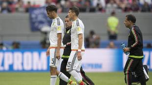 Diego Reyes, abandonando el terreno de juego en el partido ante Rusia.