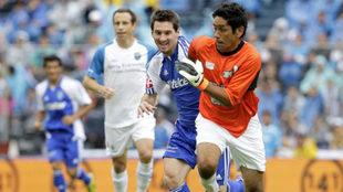 Messi disputando el balón con Jorge Campos.