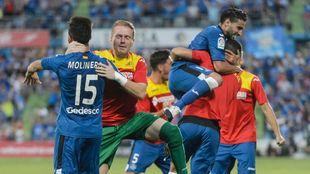 Los jugadores del Getafe celebran uno de los goles