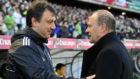 Manolo Díaz saluda a Pepe Mel antes de un partido entre la...
