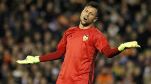 Diego Alves se queja de una decisión en un partido de esta temporada.