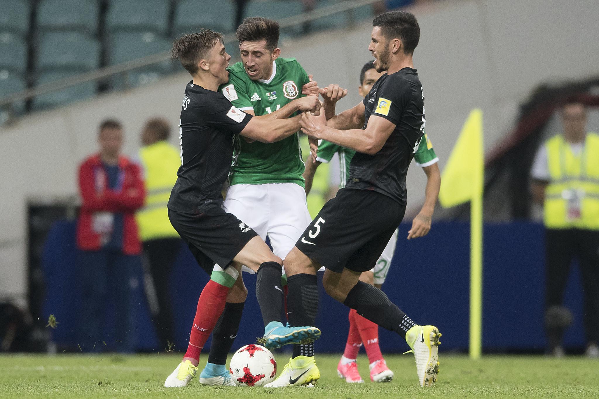 Héctor Herrera llegó a las manos con la defensa de Nueva Zelanda.