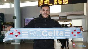 Maxi Gómez posa en el aeropuerto