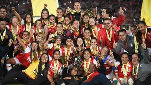 El equipo colombiano de Santa Fe celebra la conquista de su Liga.