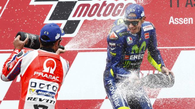 Rossi celebra su triunfo en el podio.