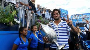 Feliciano hace el signo de la victoria con el trofeo en la mano