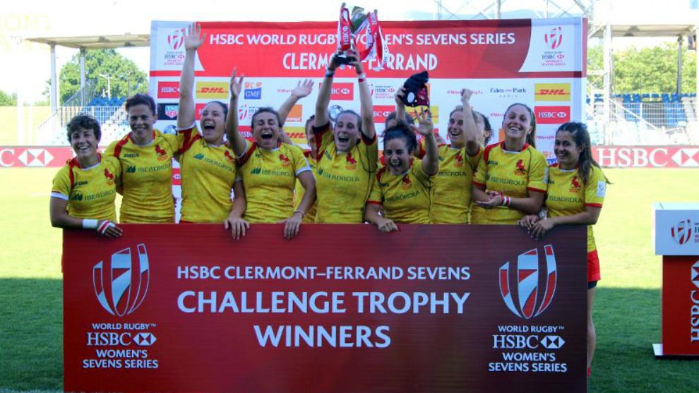Las jugadoras de la selección española celebran el Challenge Trophy