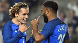 Lacazette y Griezmannn celebrando un gol con Francia