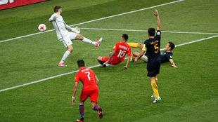 Martín Rodríguez, en el suelo, anota el empate de Chile.