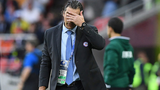 Pizzi se agarra la cabeza durante el partido ante Australia.