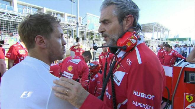El jefe de Ferrari, Maurizio Arrivabene, habla con Vettel después del...
