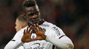 Mario Balotelli celebra un gol con su equipo