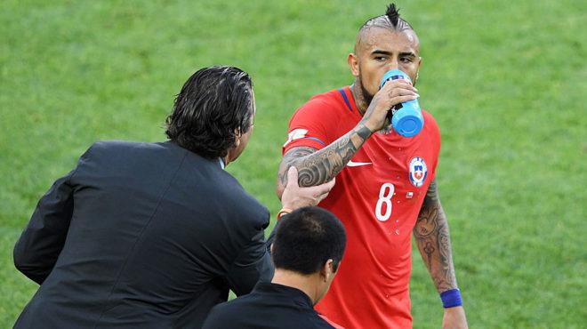 Vidal bebe agua mientras escucha las indicaciones de Pizzi.