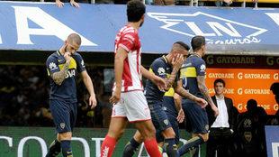 Benedetto se besa el escudo tras anotar uno de sus goles a Unión.