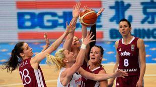 Laura Gil rodeada de rivales en el partido frente a Letonia