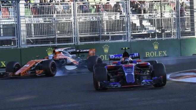 Alonso se pasa de frenada intentando devolverle el adelantamiento a...
