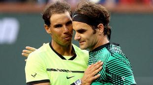 Rafa Nadal y Roger Federer se saludan tras la final de Indian Wells.