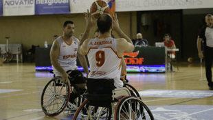 Alejandro Zarzuela recibe el balón durante el encuentro.