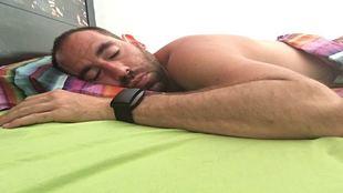 Ander Mirambell duerme con la pulsera que controla su recuperación.