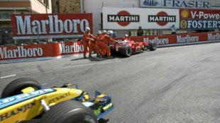 Schumacher, parado en la Rascasse, mientras pasa Alonso, en el GP de...
