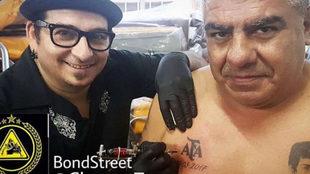 Tapia muestra el escudo de la AFA que se tatuó en su pecho.