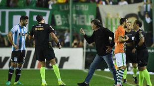 Falcioni reclama ante el árbitro Rapallini en el Banfield-Racing.