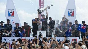 La tripulación del Emirates Team New Zealand celebra su triunfo.