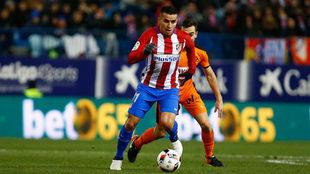 Ángel Correa controla el balón ante un jugador del Eibar.