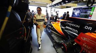 Fernando Alonso, junto a su McLaren MCL32 durante el pasado GP de...