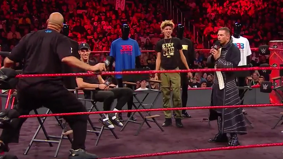 LaVar Ball montando el numerito en pleno Raw de la WWE