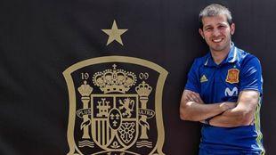 Albert Celades junto al escudo que defiende su equipo