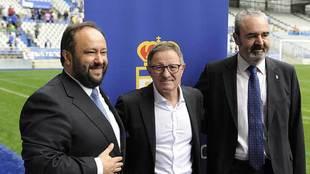 Anquela, entre el presidente Vallina y el consejero Paredes, durante...