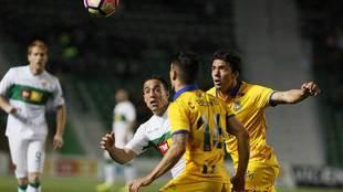 Bakic, ante el ilicitano Pedro y Bellvis, durante el partido en Elche...