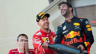 Sebastian Vettel junto a Daniel Ricciardo en el podio de Mónaco