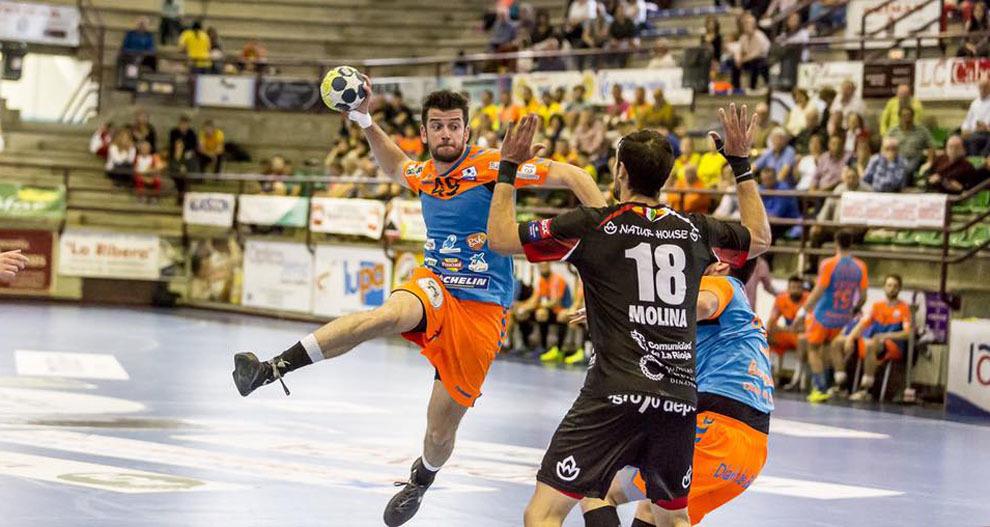 Raúl Nantes lanza a portería durante un partido ante el Naturhouse
