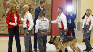 David Casinos, junto a su perro, durante una recepción de los Reyes.