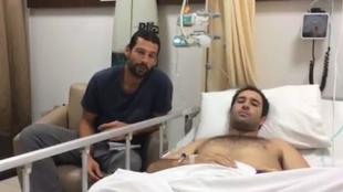 Bosco, con su amigo Nahum Sánchez, en el hospital de Denpasar