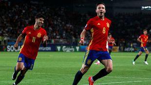 Saúl celebrando uno de los goles junto a Marco Asensio