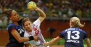 Carmen Martín trata de lanzar ante la defensa Francia en los Juegos...