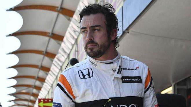 Fernando Alonso, en el 'pit lane' de Bakú.