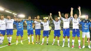 Los jugadores del Tenerife saludan a su afición tras lograr el...