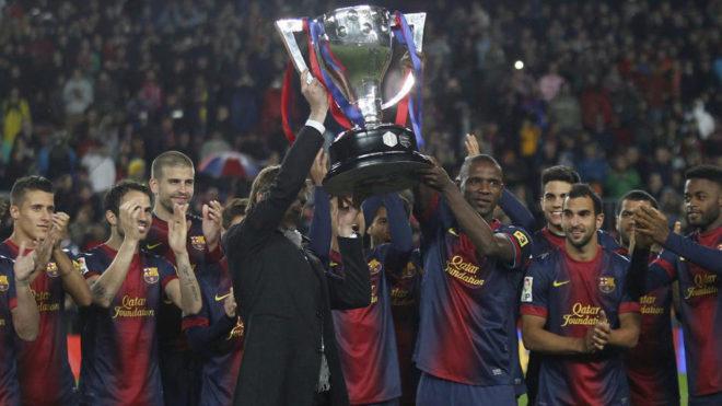 Abidal y Tito Vilanova levantan juntos el título de campeones de Liga...