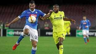 Albiol disputa un balón con Bakambu, cuando Marcelino entrenaba al...