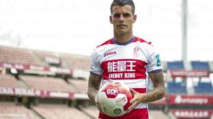 Álex Martínez posó en Los Cármenes con su nueva camiseta