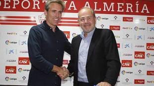 Corona se saluda con Mariano Blanco, el secretario general durante su...