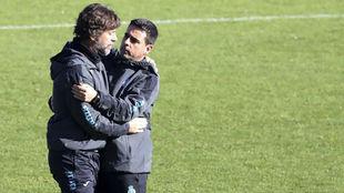 Quique Sánchez Flores y David Gallego se saludan durante una sesión.